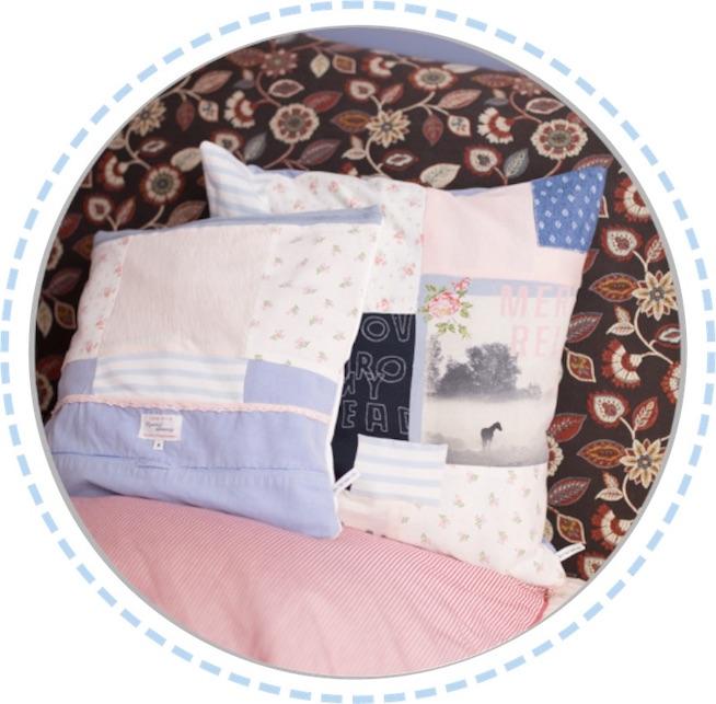 zwei Erinnerungskissen rosa-hellblau im Bett