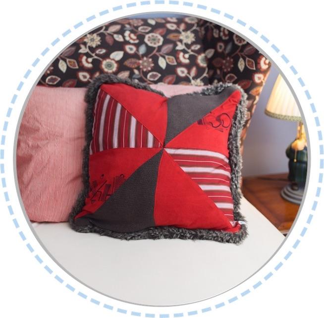 Erinnerungskissen rot-grau mit Kunstfell im Bett