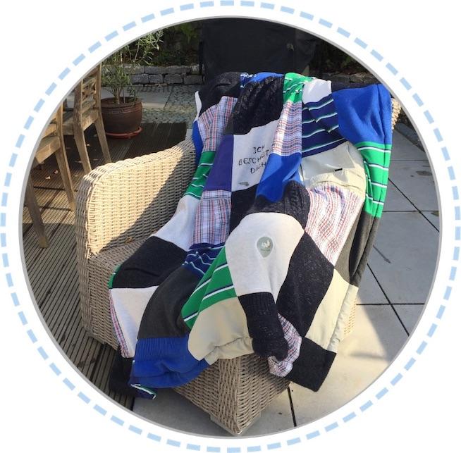 Patchworkdecke dunkelblau-grün ausgebreitet auf Sessel