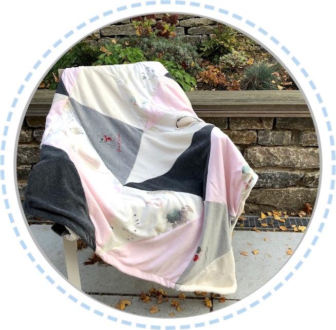 Patchworkdecke hellrosa-grau ausgebreitet auf Stuhl