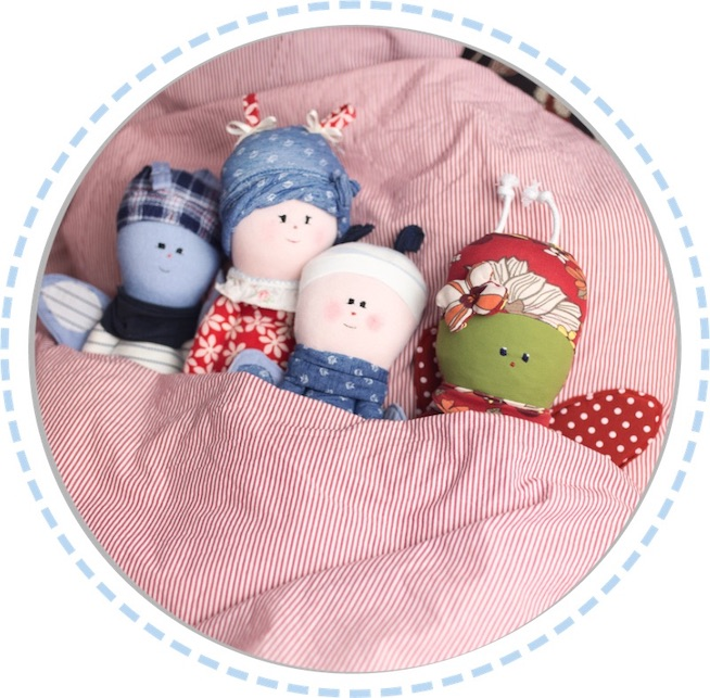 vier Schmetterlingspuppen bunt zugedeckt im Bett