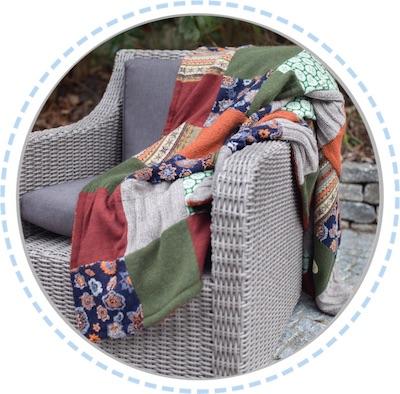 Erinnerungsstück Patchworkdecke orange-grün ausgebreitet auf Sessel 400px