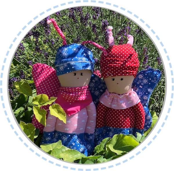 zwei Schmetterlingspuppen blau-pink im Garten 600px