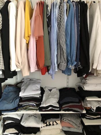 Kleiderschrank aussortieren Kleidung bunt