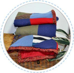 Patchworkdecke blau rot gefaltet